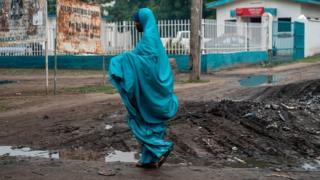 Une femme marche dans la rue après la pluie à Maiduguri (illustration)