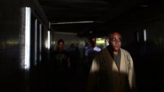 رجل مصري يسير في الظلام