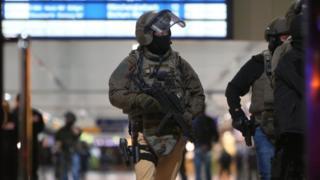 Düsseldorf'da devriye gezen polis ve askerler