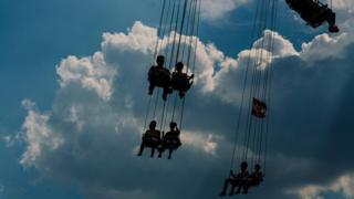 Personas en el parque de atracciones Prater, en Viena.