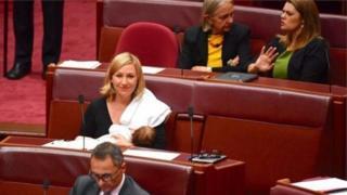 Жашылдар партиясынын мүчөсү эки айлык Алия Джой аттуу кызын шейшембидеги добуш берүү маалында эмизди