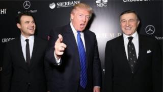 Емін (ліворуч) и Арас Агаларов з Дональдом Трампом