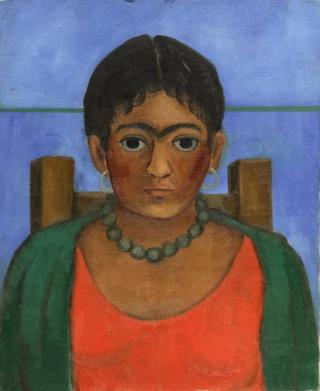 """El cuadro """"Niña con collar"""" de Frida Kahlo. Aparece una muchacha de tez morena sentada en una silla con un collar de perlas verde, una blusa roja y un saco abierto verde."""