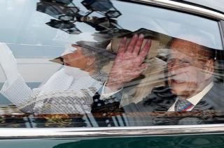 La reina Isabel II y el príncipe Felipe saliendo en coche del Palacio de Buckingham, la residencia real oficial, en Londres.