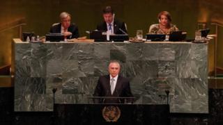 O presidente Michel Temer discursa em um púlpito com o logo das Nações Unidas