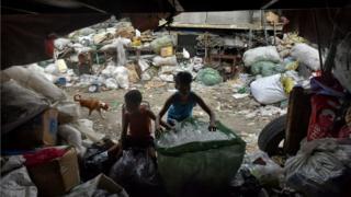 Meninos trabalham em lixão nas Filipinas