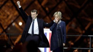 勝利を喜ぶマクロン次期大統領と妻ブリジット・トロニューさん