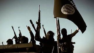 أرشيف- عناصر من تنظيم الدولة بسلاحهم