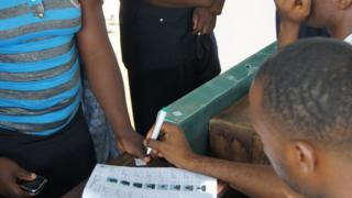 Election officials dey register voters