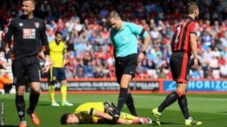 Kipa wa Bournemouth Boruc acheka mchezaji wa Middlesbrough akiwa chini