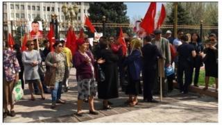 """""""Атамекенчилер"""" өздөрүнүн лидерине боштондук талап кылып, Бишкекте митинг акцияларды өткөрүүдө."""