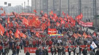 Moskova'daki yürüyüşün devamında sol parti ve siyasi hareketler meydanlarda slogan attı.