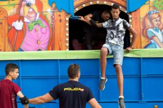 Police detain migrants who hid in fairground lorry in Ceuta, 7 Aug 17