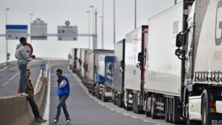 Грузовики и мигранты в Кале