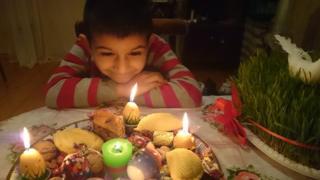 Навруз в Азербайджане: мальчик у праздничного стола