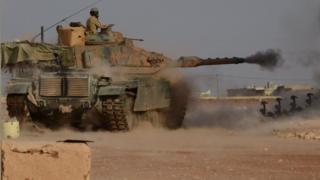 Fırat Kalkanı Harekâtı kapsamında IŞİD mevzilerini bombalayan bir Türk tankı