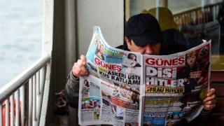مواطن تركي يقرأ عدد من صحيفة غونيس التركية