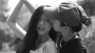 Mặc dù đã có chồng, Ou (phải) cưới bạn gái Yi ở Las Vegas hồi tháng 9/2016