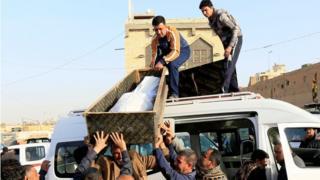 نقل جثمان أحد ضحايا الهجوم المزدوج في بغداد.