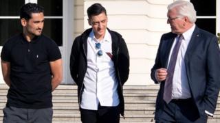 Ilkay Gündogan, Mesut Özil and Frank-Walter Steinmeier outside the Bellevue palace in Berlin 19 May 2018