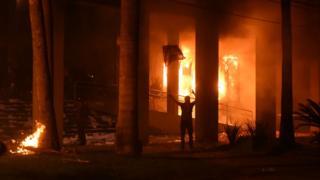 Paraguay'da kongre ateşe verildi