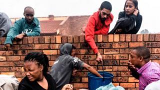 દક્ષિણ આફ્રિકામાં પાણીની તંગીનો સામનો કરી રહેલા લોકોની તસવીર