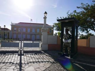 Kando na kuwa na hali nzuri ya hewa , Cape Verde ina demokrasia ambapo rais huchaguliwa