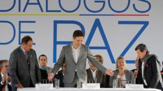 Juan Camilo Restrepo (d), líder negociador del gobierno de Colombia, y Pablo Beltrán, del ELN