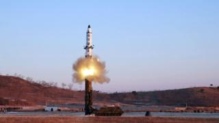 朝鲜在周一(2月13日)发布的弹道飞弹试射的照片