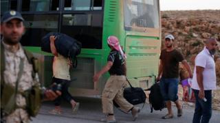 من المقرر أن تشمل عملية الإجلاء 300 من مسلحي سرايا أهل الشام وقرابة 3000 لاجئ سوري