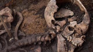 Detalhe de esqueleto encontrado em escavação do projeto Crossrail