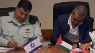 İsrailli General Yoav Mordechai ve Filistinli Bakan Huseyin El-Şeyh posta anlaşmasını imzaladı.