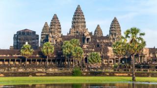 Ангкор-Ват - крупнейший в мире комплекс культовых сооружений: он занимает площадь в 500 акров (2 кв. км). Первоначально он был индуистским храмом в честь бога Вишну
