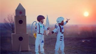 Niños disfrazados de astronautas