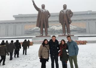 22歲的美國學生瓦姆比爾(圖右)上周被釋放後一直處於昏迷狀態。