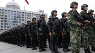 2014年,驻疆武警部队在乌鲁木齐人民广场举行反恐维稳誓师大会