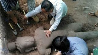 Các nhà khảo cổ khai quật tượgn đá tại đền thờ Angkor Wat ở Siem Reap (01/08/2017)