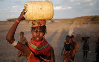 Африканка с канистрой воды