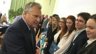 Aleksander Kwasniewski greets students
