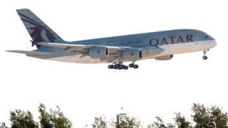 一架卡塔尔航空空客A380客机准备降落多哈国际机场(5/6/2017)