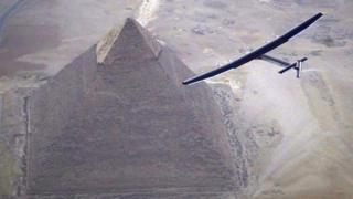 Самолет Solar Impulse 2 пролетает над египетской пирамидой