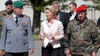 قادة عسكريون ألمان تتوسطهم وزيرة الدفاع