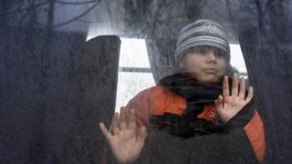 Дитина їде з Авдіївки, яку обстрілюють