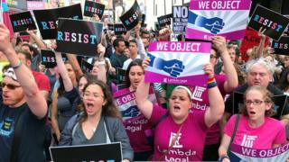New York Times meydanına göstericiler Trump'ın kararını protesto etti