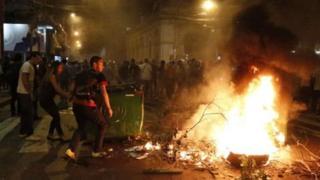 ผู้ประท้วงจุดไฟเผายางรถยนต์ ก่อนทลายแนวกั้นเข้าไปพยายามเผาอาคารรัฐสภา