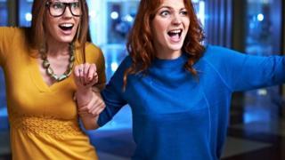 两位女士大笑