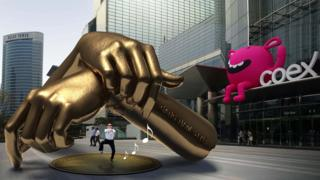 A computer-generated image of the statue showing two giant fists overlapped