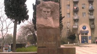 Mikayıl Müşfiqin heykəli