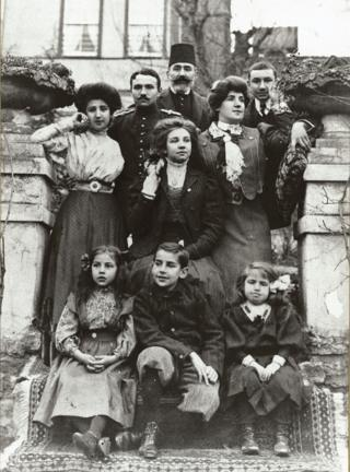 Şakir Paşa ailesi, Büyükada. En ön sol başta Fahrelnissa Zeid oturuyor.