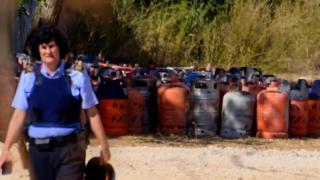 Policial espanhol ao lado de bujões de gás em Alcanar